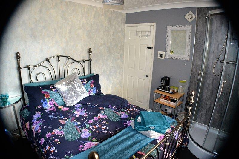 Double Bedroom Near Heathrow, Windsor, Liquid Leisure, London Train, Motorways, holiday rental in Wraysbury