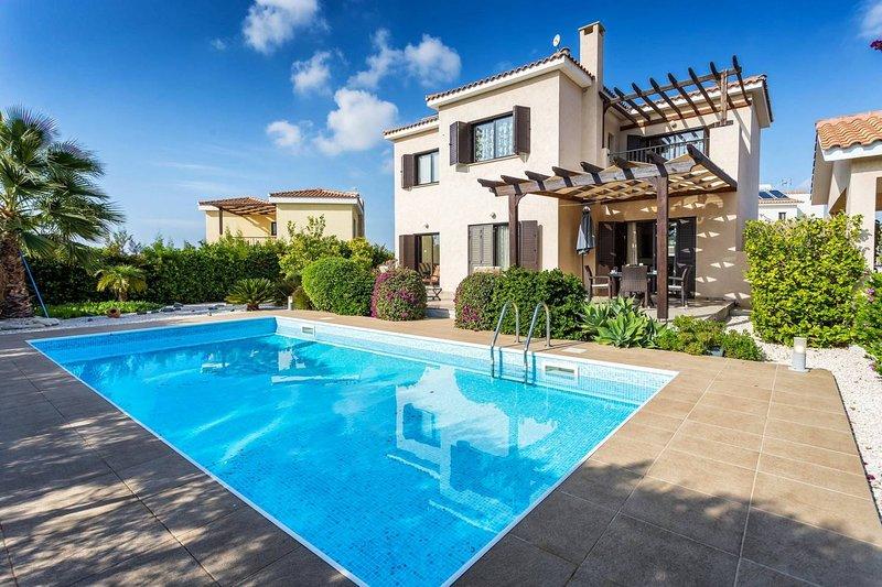 Dazzling Private villa with a mature garden and a Pool, alquiler vacacional en Kouklia