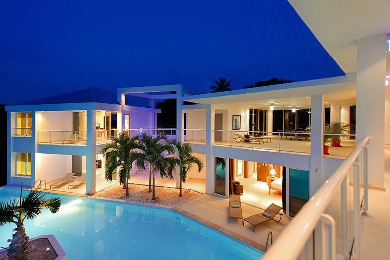 GRAND BLEU... The name says it all! Fabulous 4BR contemporary villa, walk to Plu, vacation rental in Saint-Martin