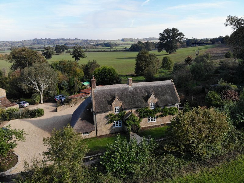 Orchard Cottage - A beautiful and historic thatched stone cottage, sleeps 6-8, location de vacances à Hatch Beauchamp