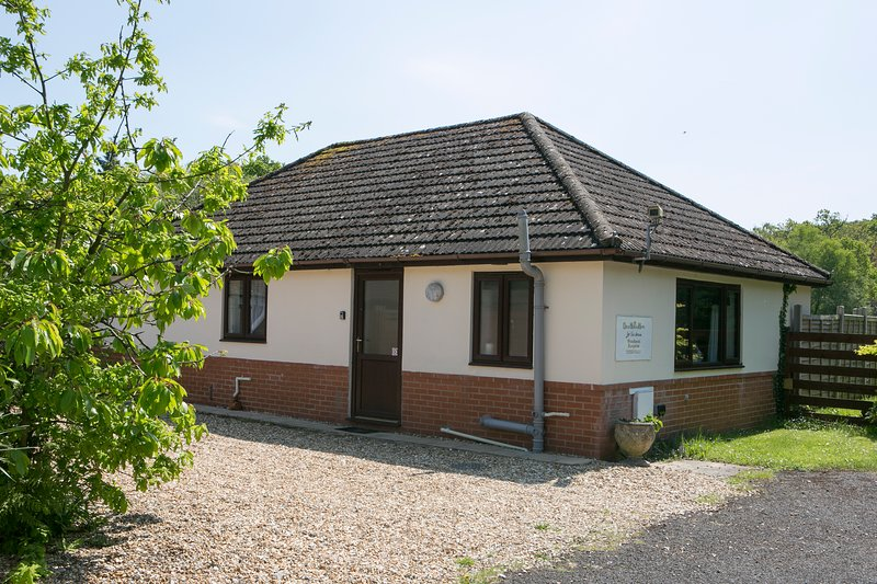 Woodlands Bungalow, WiFi. Hot Tub. BBQ. Private garden. Set in 3 acres., Ferienwohnung in Wareham