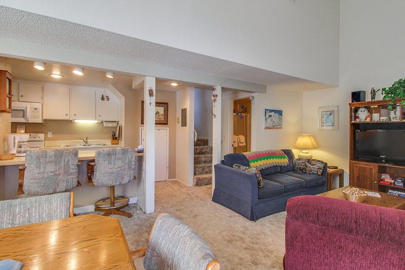 Mountainview, two-level studio w/ decks, shared pool & hot tub - close to skiing Chalet in Mammoth Lakes