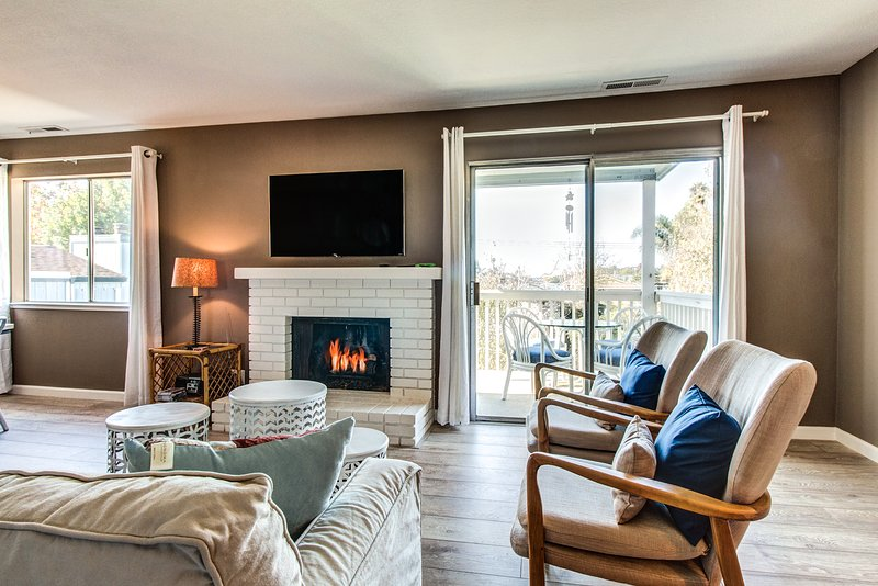 Cozy home with gas fireplace and furnished balcony close to beach and boardwalk, holiday rental in Soquel