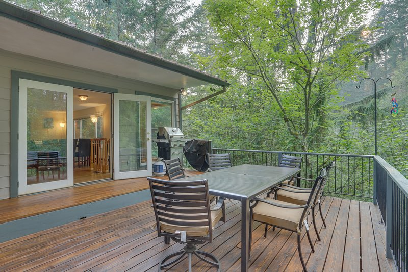 Family cabin with a deck, fireplace, jetted tub, and more - near Mt. Hood, holiday rental in Zigzag