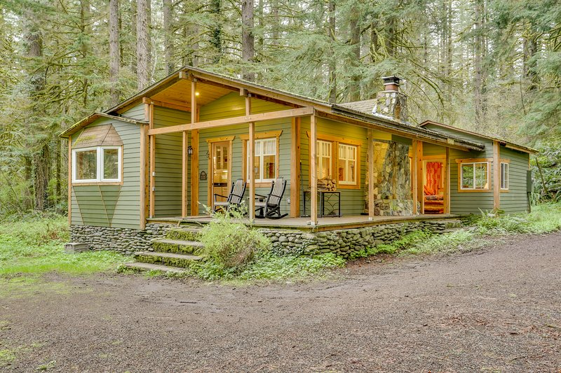 Cozy dog-friendly riverfront cottage w/ charming interior & hot tub!, holiday rental in Cascade Locks