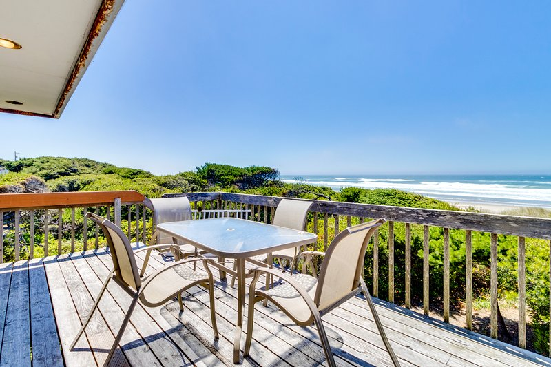 Waterfront home with ocean views, two separate living areas, dog-friendly!, location de vacances à Rockaway Beach