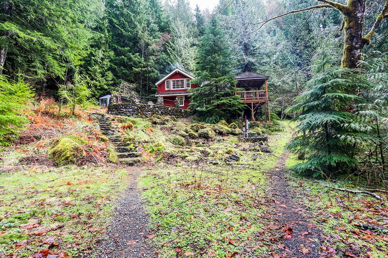 Secluded Waterfront Lodge on 24 Wooded Acres w/ Furnished Patio & Wood Fireplace, holiday rental in Zigzag