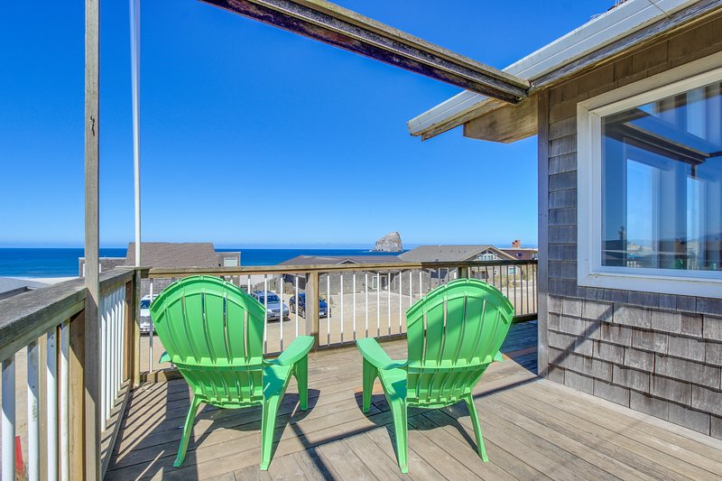 Ocean view home w/ wrap-around deck & high-end furnishings - steps to the beach!, vacation rental in Pacific City