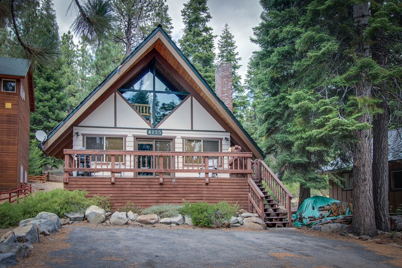 Homey and inviting dog-friendly cabin in convenient location, location de vacances à Brockway