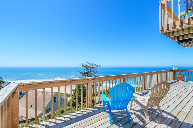 Admire the ocean from this elegant beach chateau on the Oregon coast!, holiday rental in Lincoln City