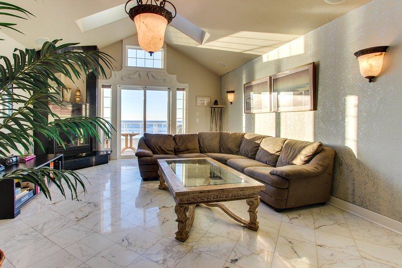 Luxurious oceanfront townhome w/ stellar views and more!, location de vacances à Rockaway Beach