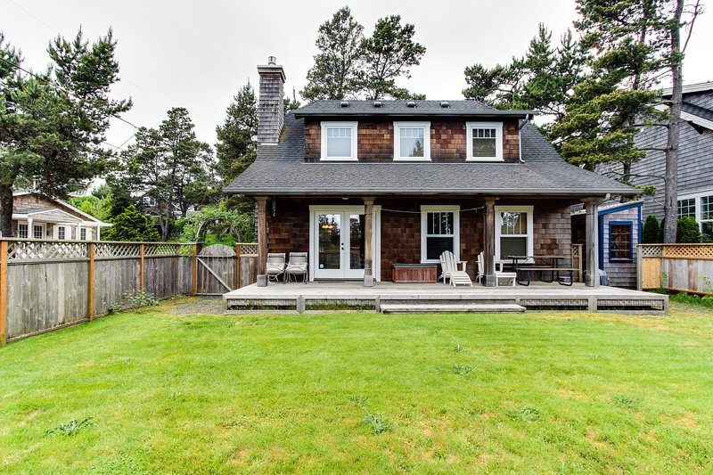 Spacious dog-friendly cottage w/yard - walk to beach! Weddings welcome!, vacation rental in Gearhart