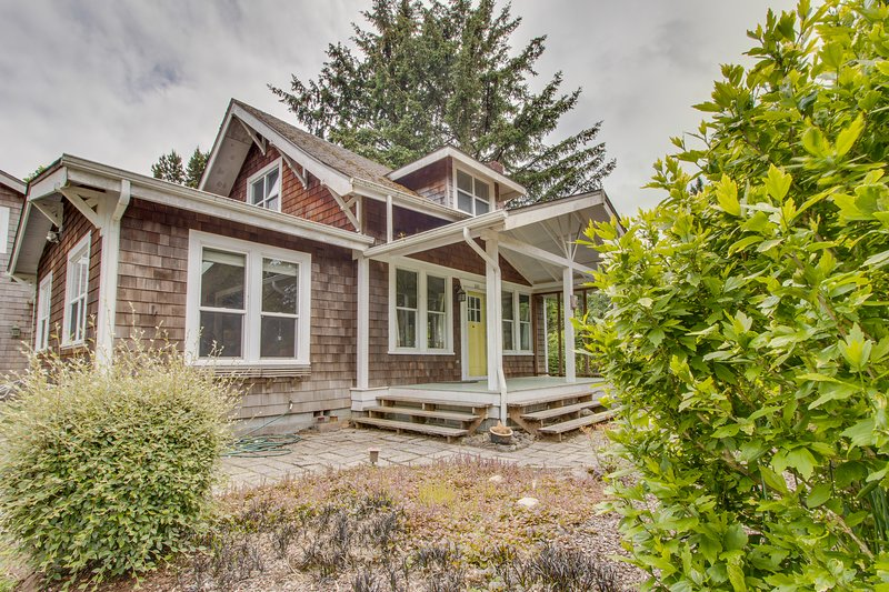 Charming dog-friendly Craftsman w/wood stove; near park & Gearhart!, vacation rental in Gearhart