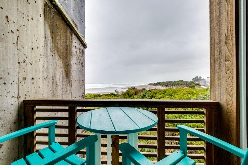 Dog-friendly oceanfront condo w/shared hot tubs & easy beach access, location de vacances à Rockaway Beach