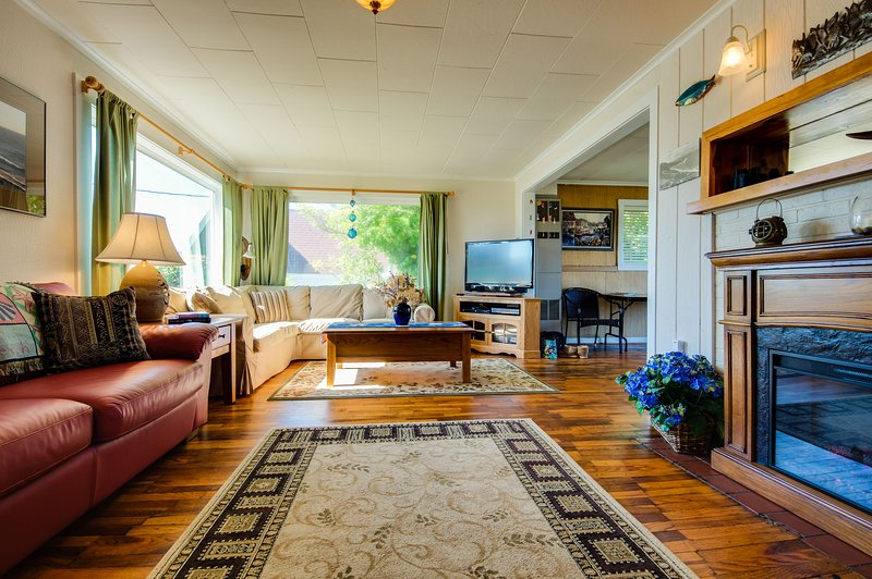 Cozy cottage with ocean views, walking distance from town!, location de vacances à Depoe Bay