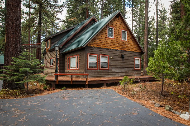 Walk your dog to the beach, then sit by the fireplace at this cozy home, holiday rental in Squaw Valley