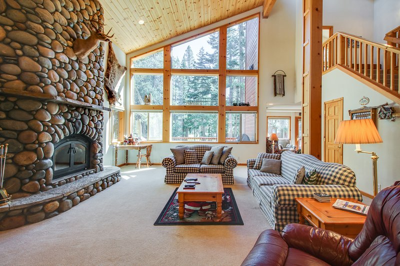 Mountain home w/ access to shared pool, hot tub, sauna, tennis, & more!, vacation rental in Truckee