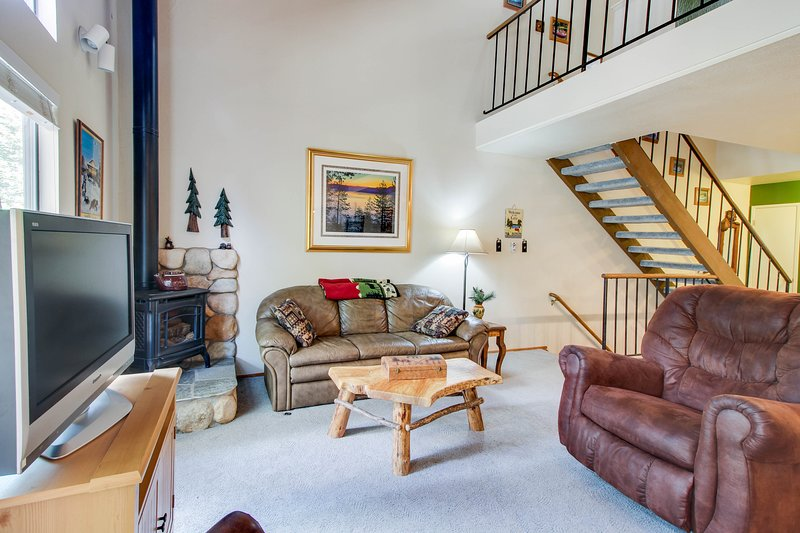 Charming condo with shared pool, hot tub, tennis, entertainment & more!, location de vacances à Brockway