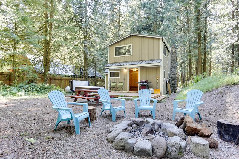Beautiful dog-friendly chalet with private hot tub, fire pit, & mountain views!, holiday rental in Zigzag