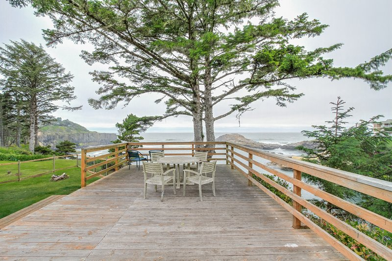Oceanfront, ocean view cabin - whale-watch from the huge deck, dogs OK!, location de vacances à Depoe Bay