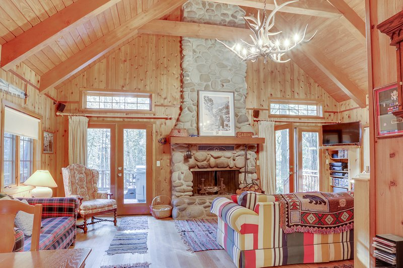 Historic dog-friendly waterfront cabin w/hot tub & Salmon River access, holiday rental in Zigzag