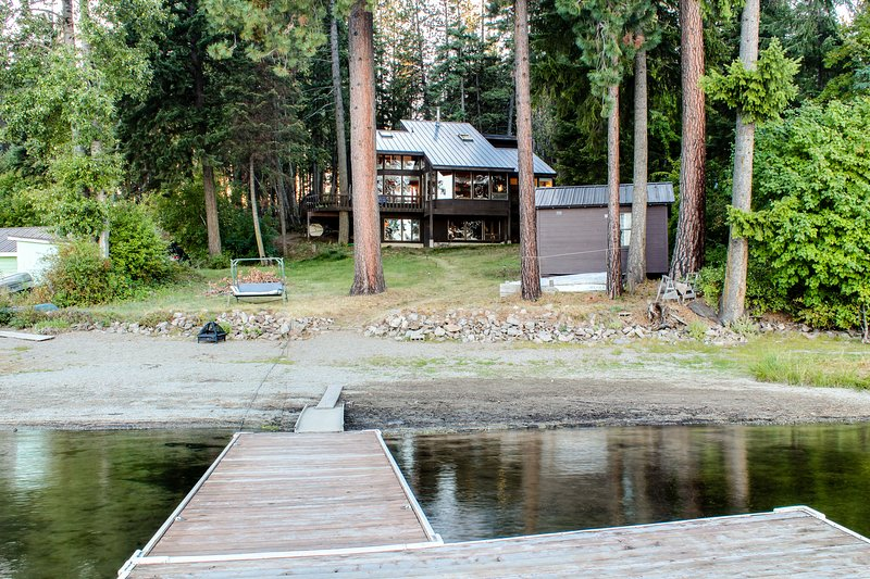 Lakeside family hideaway w/ amazing view and private dock!, holiday rental in Newport