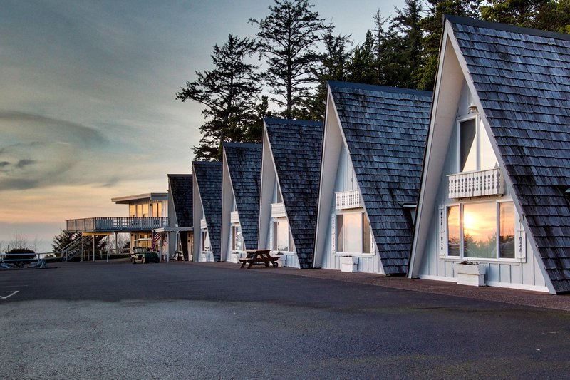 Dog-friendly, oceanfront A-frame chalet with view, loft, and room for six!, vacation rental in Otter Rock