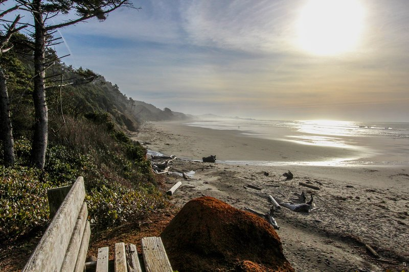 Oceanfront suite w/ gorgeous views of Pacific & easy beach access - dogs ok!, vacation rental in Otter Rock