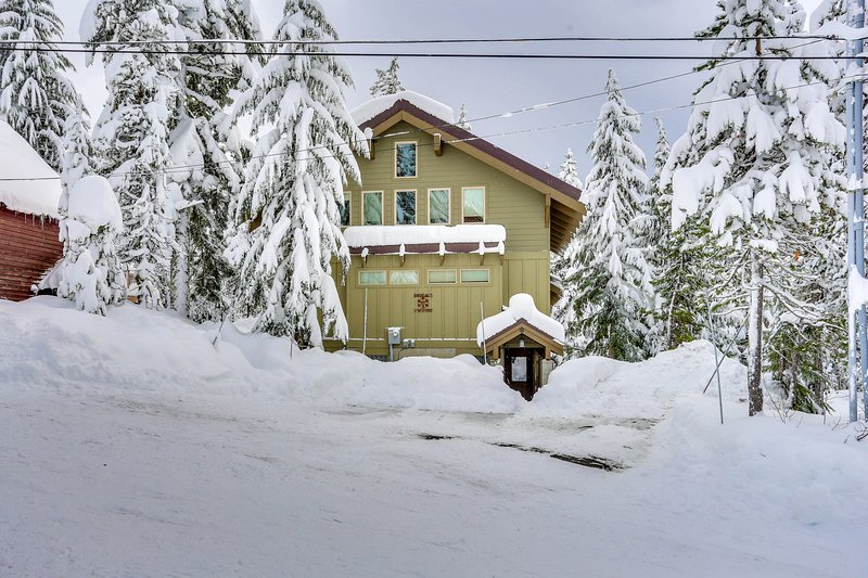 Large cabin w/ home theater, hot tub, within walking distance to town & lifts!, holiday rental in Timberline Lodge