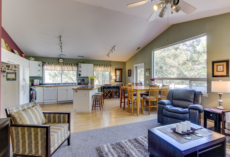 Family-friendly home near skiing and snowboarding, dogs ok!, holiday rental in Parkdale