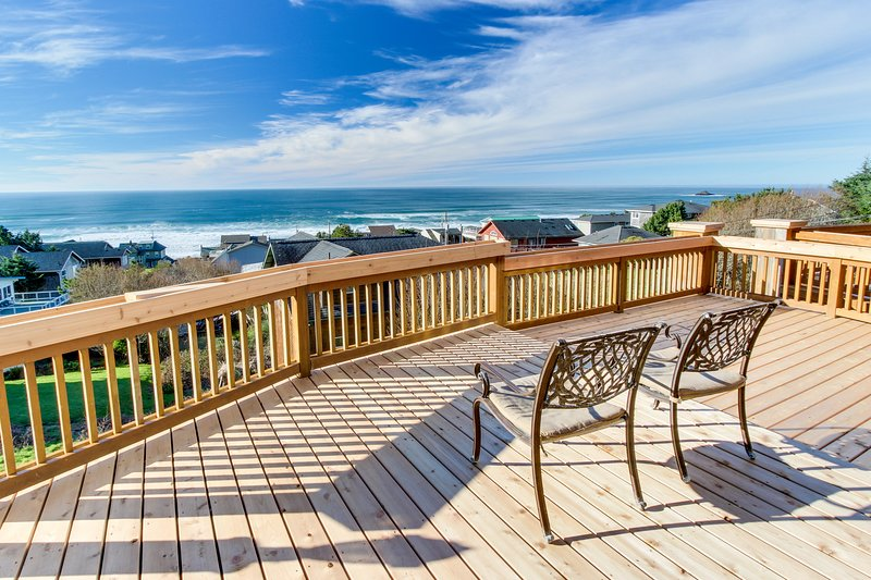 Luxurious dog-friendly home with hot tub and incredible ocean views, vacation rental in Otis