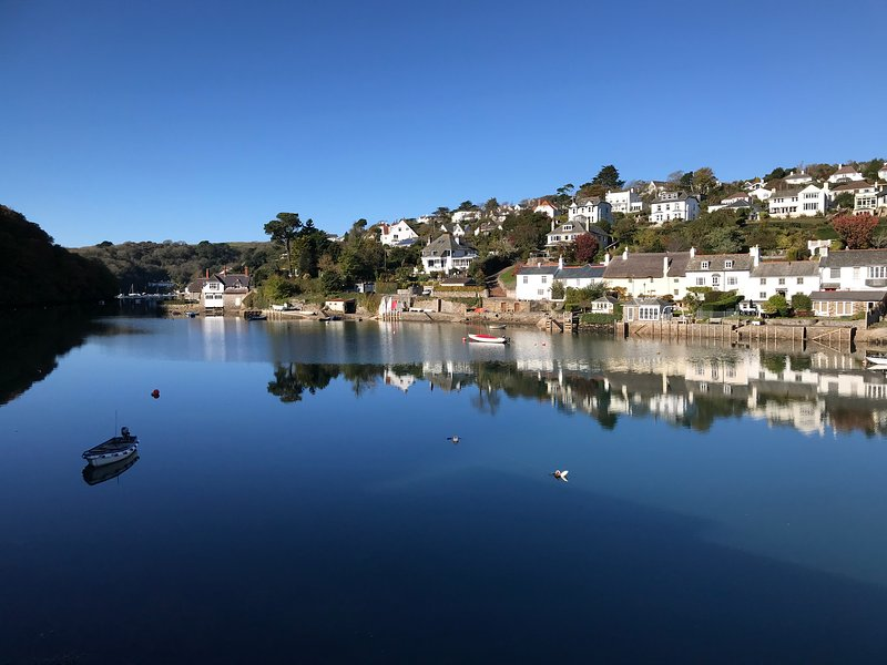 Detached 3 bed house with fabulous river views close to water and coastal walks, vacation rental in Noss Mayo
