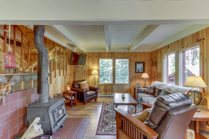 A peaceful, rustic cabin with a tree-lined deck, yard, and outdoor firepit!, vacation rental in Tamarack