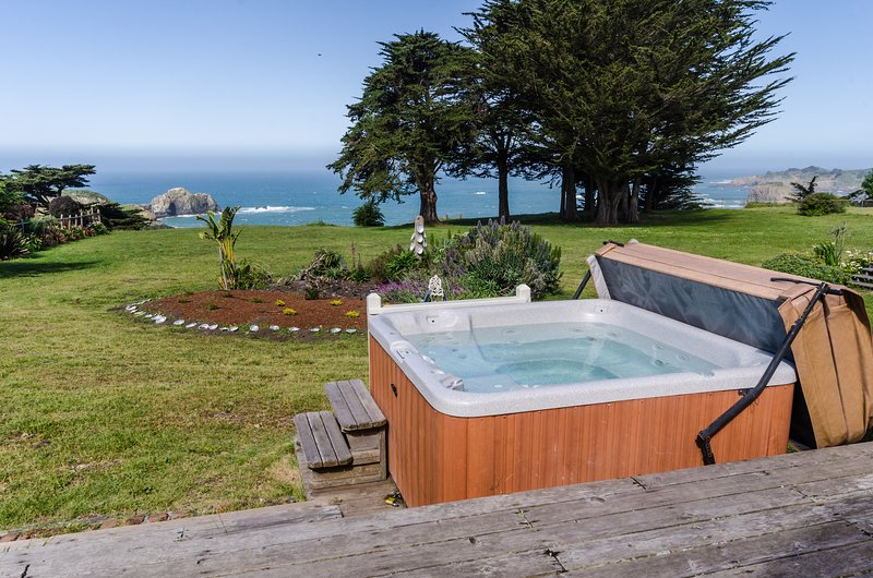 Oceanfront home w/ private hot tub, ocean views & entertainment!, vacation rental in Mendocino County