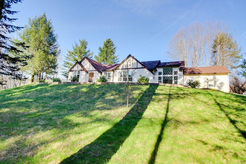 Luxury home w/ a private hot tub, four acres of gardens, weddings, location de vacances à Boring
