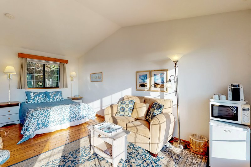 Dog-friendly oceanfront suite w/ beautiful views and cheery decor!, vacation rental in Yachats