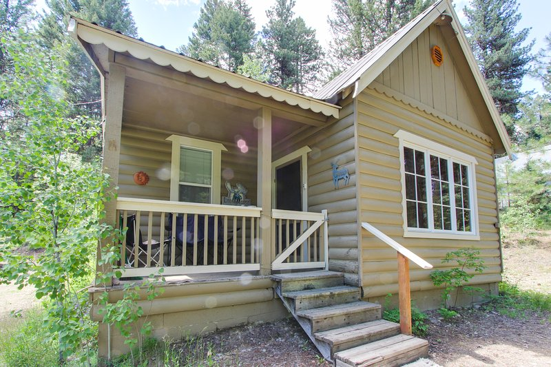 Dog-friendly log cabin with lake access just 1/4 mile away!, vacation rental in Tamarack