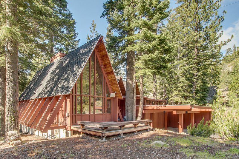 Large, dog-friendly lodge w/ private hot tub, easy ski & beach access! Chalet in Squaw Valley
