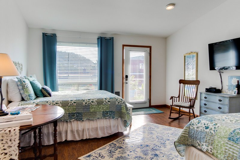 Dog-friendly floral suite w/ocean views & perfect location for a Yachats retreat, vacation rental in Yachats