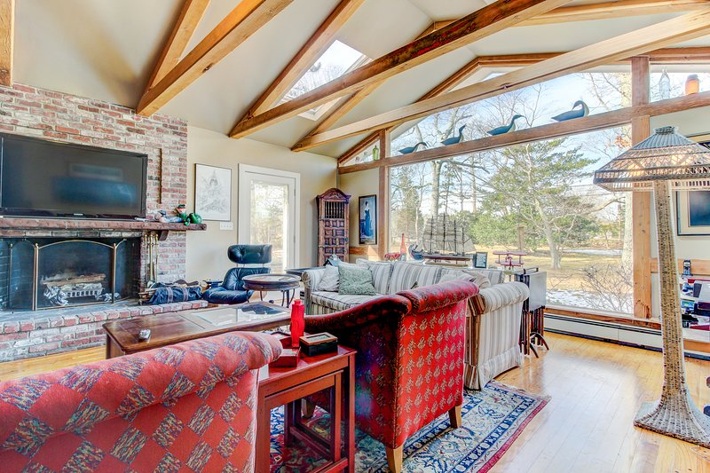 Tranquil and beautifully decorated w/ well-appointed decks - short drive to town, vacation rental in Vineyard Haven