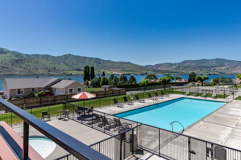 Bright, waterfront condo with lake & mountain views, shared pools & hot tubs!, vacation rental in Chelan