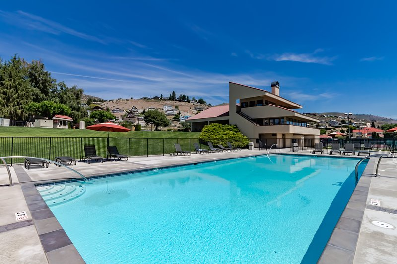 Condo on the lake w/ mountain views, shared pool & hot tub and tons more!, vacation rental in Chelan
