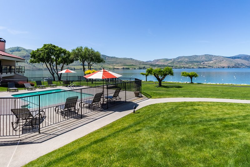 Lovely lakefront condo with a shared pool, hot tub, dock, and tennis courts!, vacation rental in Chelan