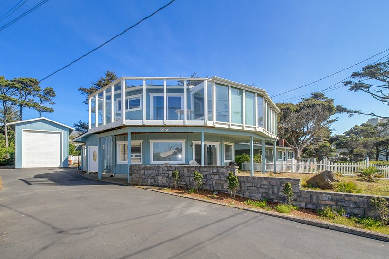Unique, spacious home with private hot tub, game room, and great ocean views, vacation rental in Gleneden Beach