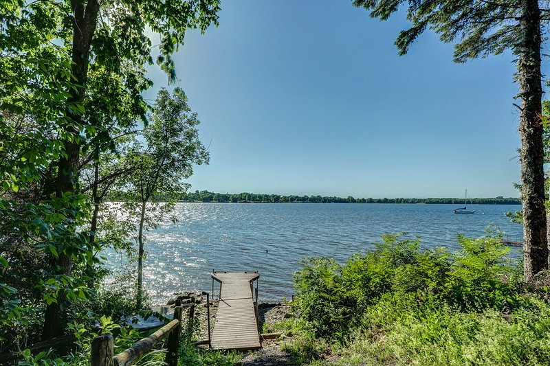 Modern lakeside cottage w/ a dock & dog-friendly attitude!, location de vacances à Milton
