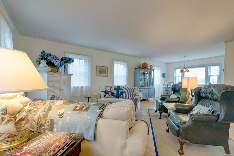 Immaculate, two-story home with nautical design, deck, and outdoor shower!, vacation rental in Siasconset
