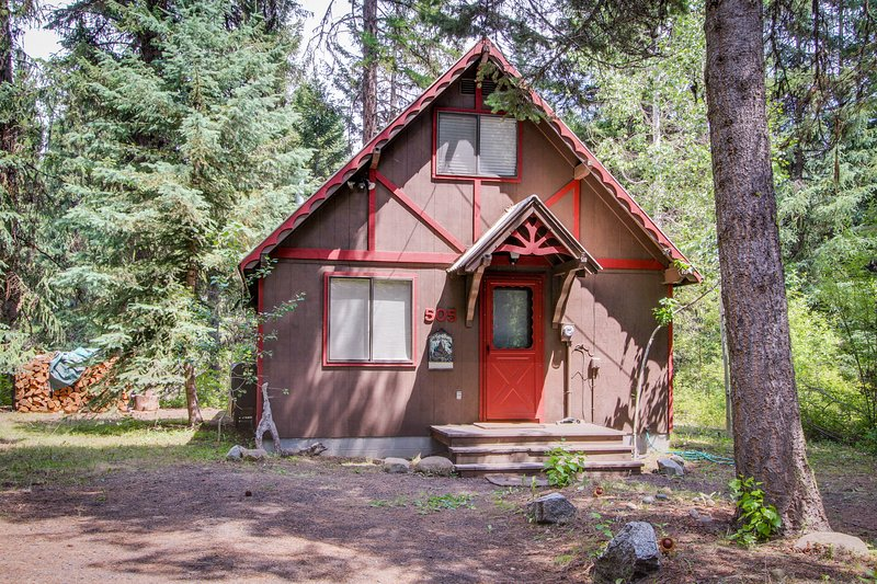 Charming riverfront cabin w/ large deck near Payette Lake, 2 dogs welcome!, vacation rental in Tamarack