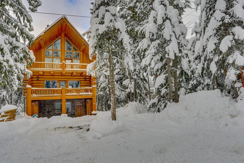 Dog-friendly lodge with two large decks - close to lake and skiing!, holiday rental in Timberline Lodge