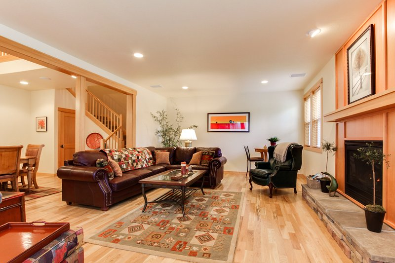 Luxury, dog-friendly condo with SHARC access & Village w/hot tub!, holiday rental in Sunriver