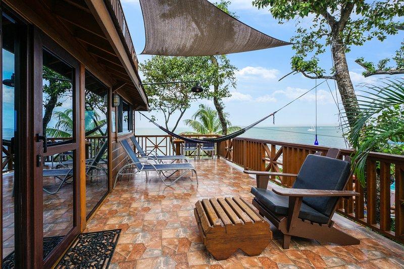Seascape Ocean Front Villa - 2 habitaciones, baño de piedra personalizado, tallas, pinturas - ¡Increíble terraza!